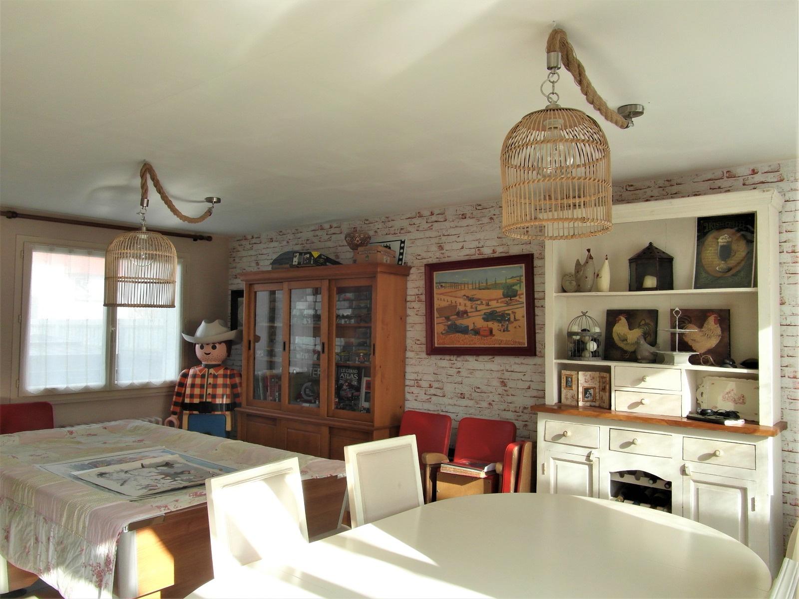 vente prix r duit une maison familiale et spacieuse de. Black Bedroom Furniture Sets. Home Design Ideas